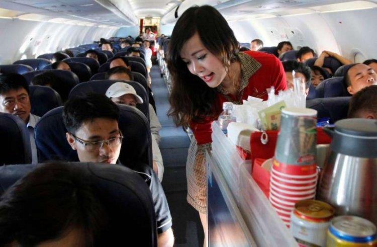 हवाई सफर में कॉम्पलीमेंट्री मिलने वाले पानी और चाय-कॉफी से करें तौबा